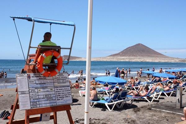 La playa de El Médano, que cuenta con bandera azul permanente durante todo el año, disponía de socorristas hasta la semana pasada. / DA