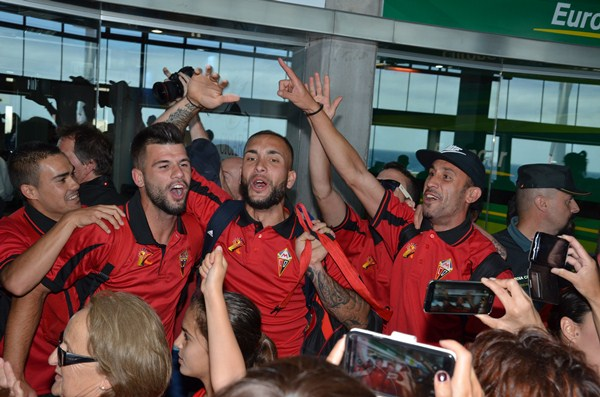 Los jugadores del Mensajero fueron recibidos a la llegada a la isla de La Palma por multitud de aficionados, que desbordaban alegría por el ascenso de su equipo. / DAVID SANZ