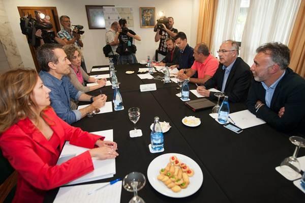 La mesa de negociación entre CC y PP, reunida en la tarde noche de ayer en el Hotel Escuela. | FRAN PALLERO