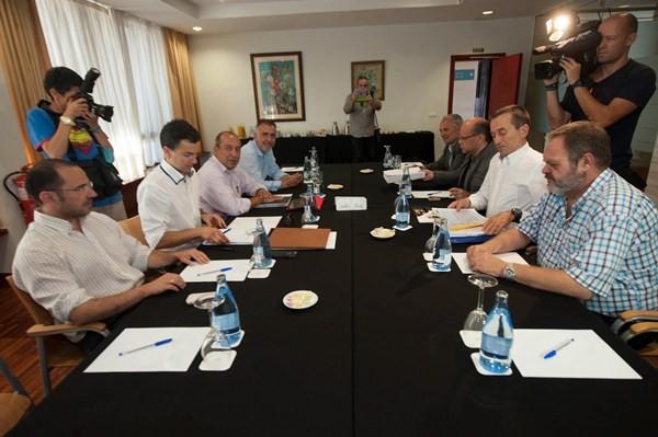 Mesa de negociación entre PSOE y CC. / FRAN PALLERO