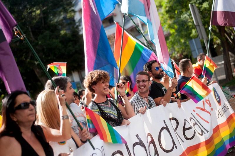 """La manifestación iba encabezada por una pancarta con el lema """"Leyes por la Igualad Real, ¡ya!"""". / FRAN PALLERO"""