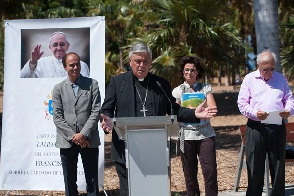El concejal José Alberto Díaz Estébanez recibió el documento de manos del obispo Bernardo Álvarez. / FRAN PALLERO