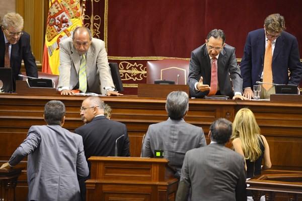 La mesa del Parlamento consulta con los portavoces. / SERGIO MÉNDEZ