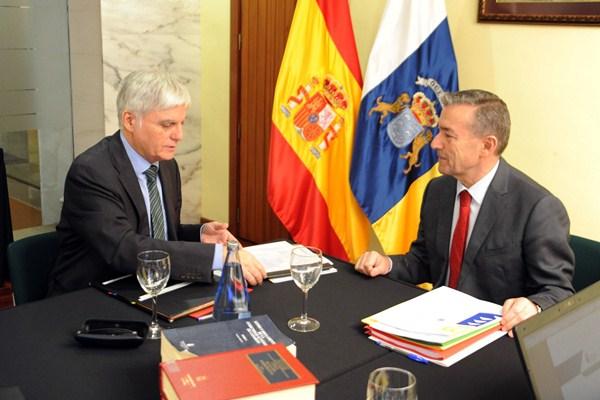 José Miguel Pérez (PSOE) y Paulino Rivero (CC), en una reunión del Consejo de Gobierno. / DA