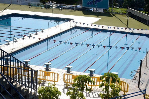 El Ayuntamiento se vio obligado a cerrar la piscina el verano pasado por la aparición de algas. / SERGIO MÉNDEZ