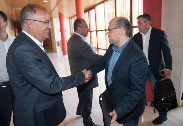 Spínola y Barragán se saludan durante una de las reuniones entre CC y PSOE/ FRAN PALLERO