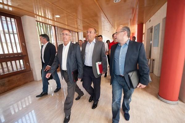 Dirigentes de CC y PSOE, la pasada semana en el Hotel Escuela, donde se volverán a ver hoy. / FRAN PALLERO
