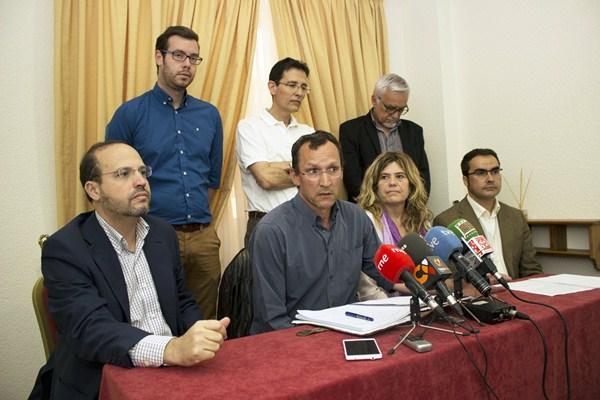 Representantes de partidos que exigen una reforma electoral, ayer, en rueda de prensa. / SOFIA CABRERA