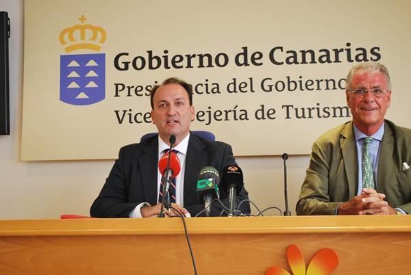 El viceconsejero de Turismo, Ricardo Fernández de la Puente (izq.) junto al presidente de Exceltur.   DA