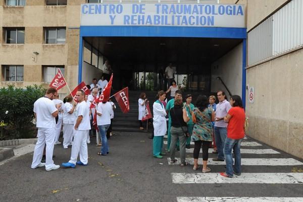 Concentración de protesta de sanitarios del hospital de La Candelaria. / DA