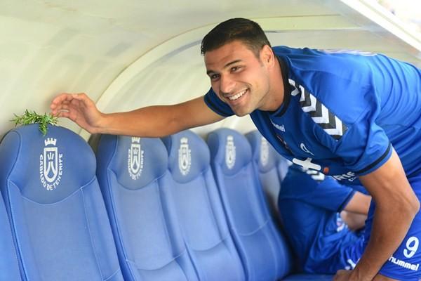 Aridane, en el banquillo del Heliodoro en el último partido de Liga en casa. / SERGIO MÉNDEZ