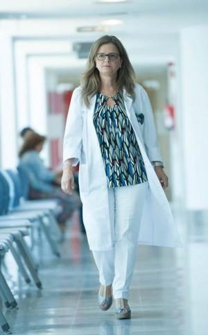 La doctora posa en el edificio de Consultas Externas del HUC. / FRAN PALLERO