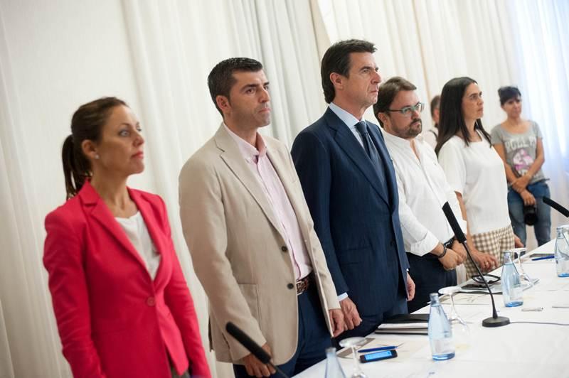 Soria y otros dirigentes del PP, ayer, durante un minuto de silencio por el atentado en Túnez. | FRAN PALLERO