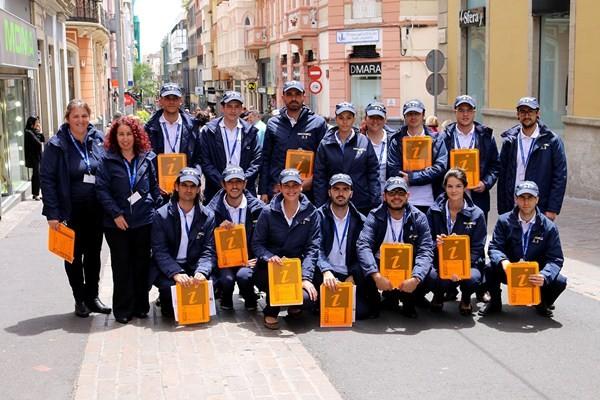 Los 15 jóvenes desempeñan distintas labores, además de las de información turística. / DA