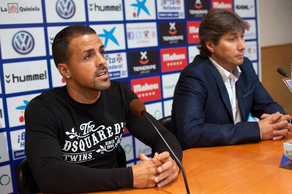 El jugador compareció en sala de prensa junto a Alfonso Serrano, director deportivo de la entidad. / DA