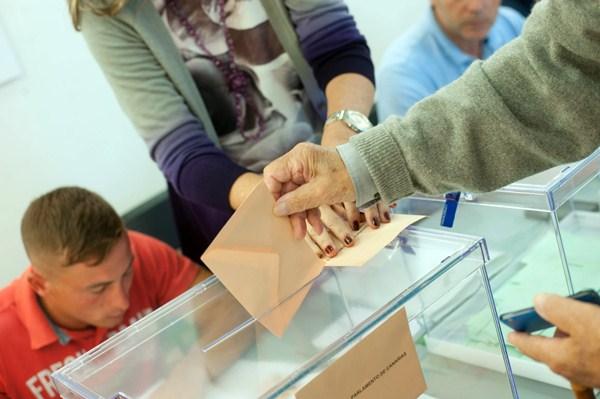 Un ciudadano vota al Parlamento de Canarias en las elecciones del 24 de mayo. / FRAN PALLERO