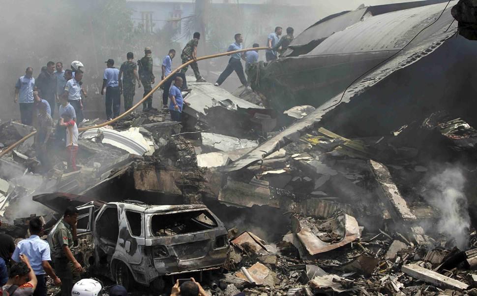 Bomberos intentan extinguir las llamas después de que el avión se estrellara contra el hotel. | REUTERS