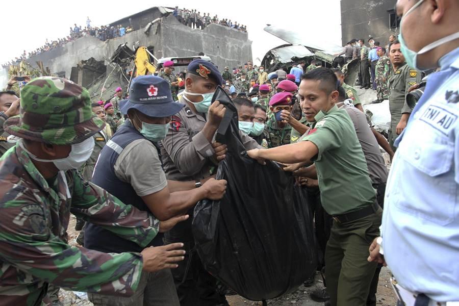 Imágenes del siniestro, donde las autoridades no espera que hayan supervivientes. | REUTERS