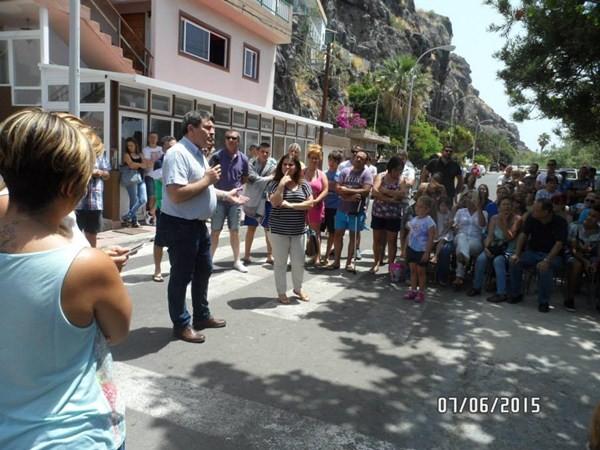 El alcalde, José Gumersindo García, se reunió el domingo con los vecinos. / DA