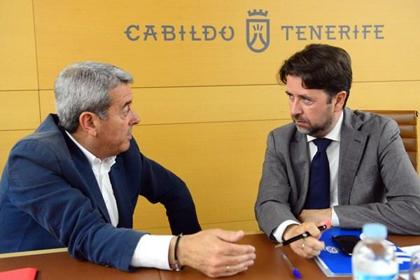 Aurelio Abreu y Carlos Alonso, durante un pleno de la Corporación insular. / DA