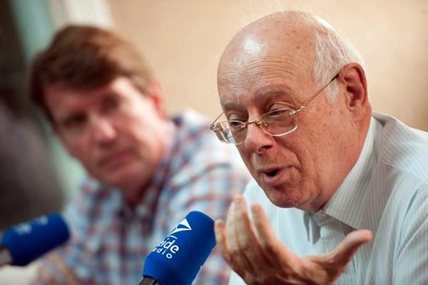 Carlos Cólogan (izquierda) y Eugenio Bregolat (derecha), durante su intervención en Teide Radio.  / F. P.