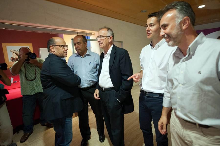 La comisión negociadora del pacto de gobernabilidad entre CC y PSOE, durante una de sus reuniones en Tenerife. | FRAN PALLERO