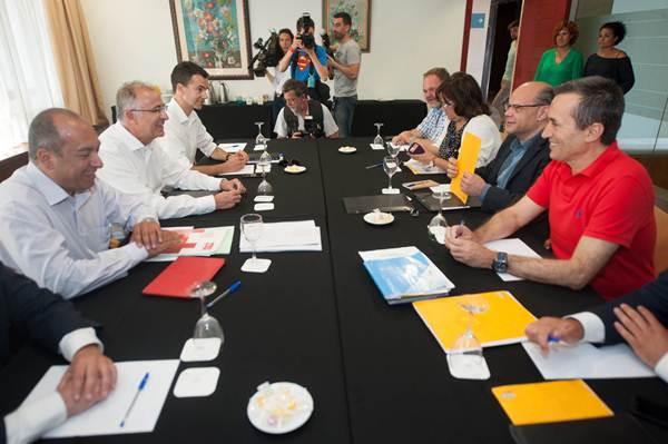 Las dos comisiones negociadoras de CC y PSOE se vieron ayer las caras por segunda vez, en el Hotel Escuela de la capital tinerfeña. | FRAN PALLERO