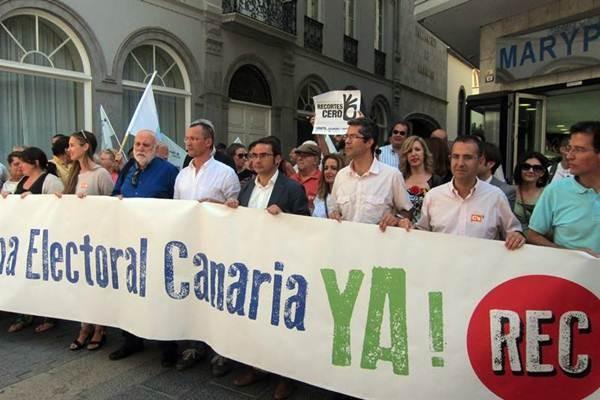 Imagen de la concentración frente al Parlamento para exigir la reforma electoral canaria.   EP