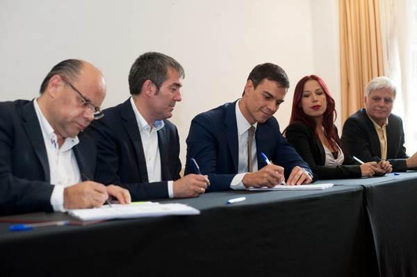 Sánchez (centro), firmando el pacto, con Barragán, Clavijo, Hernández y Pérez, ayer, en el Hotel Escuela. | F. P.