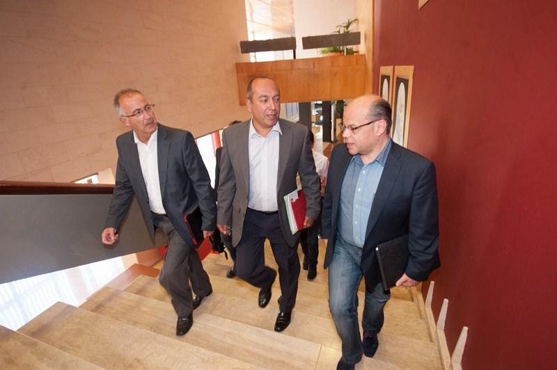 Francisco Hernández Spínola, Julio Cruz y José Miguel Barragán, en el Hotel Escuela de Santa Cruz. / F. PALLERO