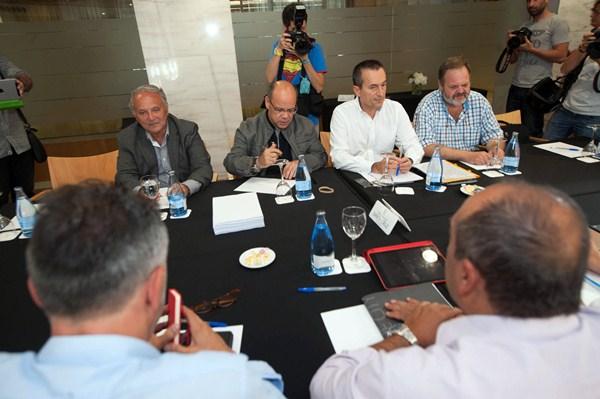 Las comisiones negociadoras de CC y el PSOE, el jueves en Santa Cruz de Tenerife. / FRAN PALLERO