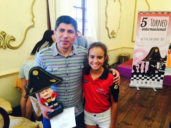 Granda posa con su trofeo y la tinerfeña Adhara Rodríguez. / J. L. F.