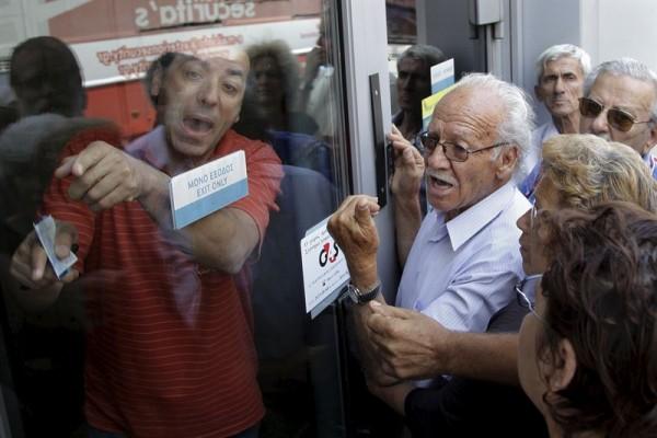 Jubilados protestando por el cierre de bancos en Grecia. | REUTERS