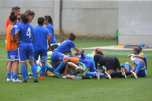 Las jugadoras del equipo tinerfeño festejaron ayer en tierras sevillanas el histórico ascenso a la máxima categoría del fútbol femenino. / LINCE ESTADIO DEPORTIVO