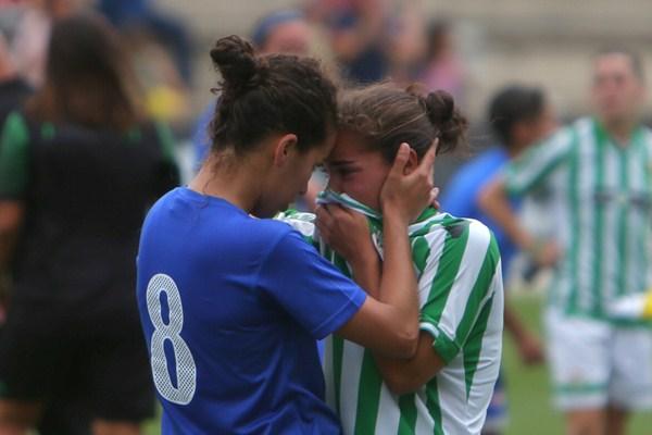La cara y la cruz se reflejó al final del partido entre las jugadoras tinerfeñas y sevillanas./ LINCE ESTADIO DEPORTIVO