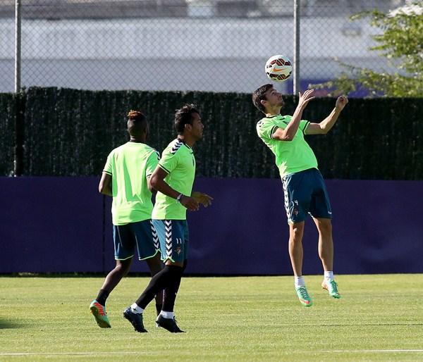 Los tinerfeños del Valladolid, Jeffren (c) y Omar Ramos (d), tienen unas fichas demasiado altas. / C. MINGUELA