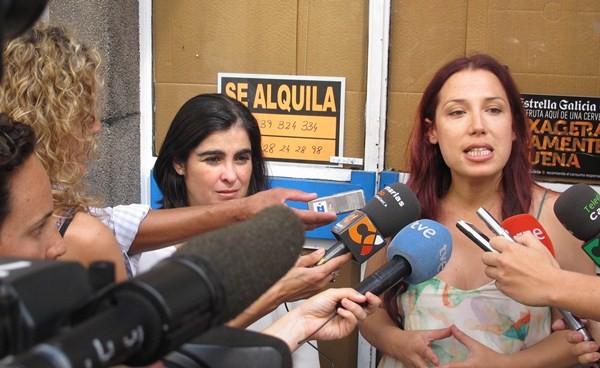 Patricia Hernández comparece ante la prensa durante una visita en el marco de la campaña electoral. / DA