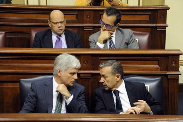 Pérez (PSOE) y Rivero,  Barragán y Ruano (CC), durante un pleno del Parlamento del ya pasado mandato. / DA