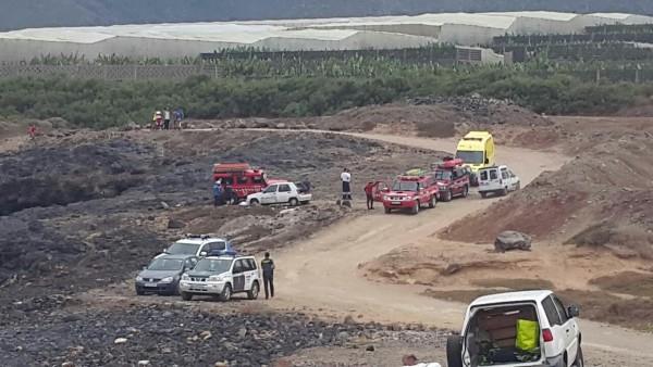 Medios de emergencia al lado del entrante (a la izquierda) hasta donde el afectado fue arrastrado por la corriente.   DA
