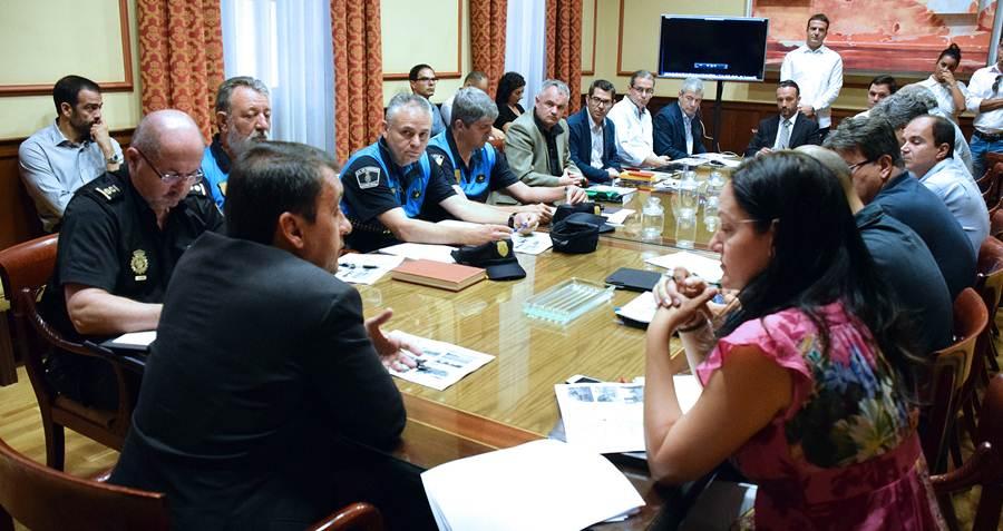 Casi una veintena de personas acudió ayer a la reunión con la productora, presidida por Bermúdez. | DA