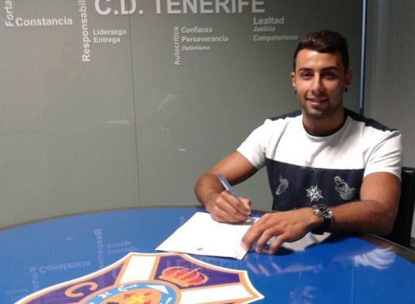 Cristo Díaz firmó su nuevo contrato en la sede blanquiazul. / CD TENERIFE