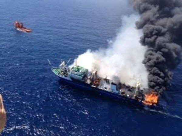 El pesquero, en plena travesía en llamas por una ruta internacional de tráfico marítimo. / DA