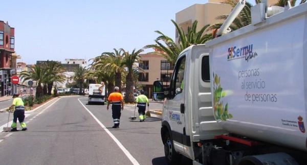 Operarios de la limpieza viaria haciendo una batida por la avenida principal de San Isidro, el barrio más poblado del municipio. / DA
