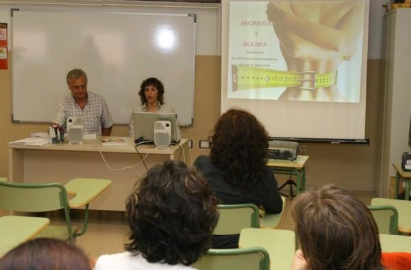 La Consejería imparte periódicamente charlas a médicos de Primaria sobre anorexia y bulimia. / DA