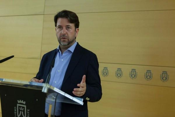 El presidente del Cabildo, Carlos Alonso, ayer en rueda de prensa. / DA