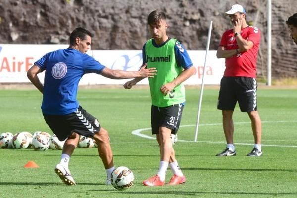 Abel Suárez (i), junto a Omar Perdomo en un entrenamiento de la semana pasada en El Mundialito.   S. MÉNDEZ