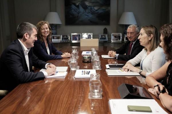 Ana Pastor y Fernando Clavijo, junto a otros cargos de sus gabinetes respectivos, durante la reunión mantenida en el Ministerio de Fomento. | DA