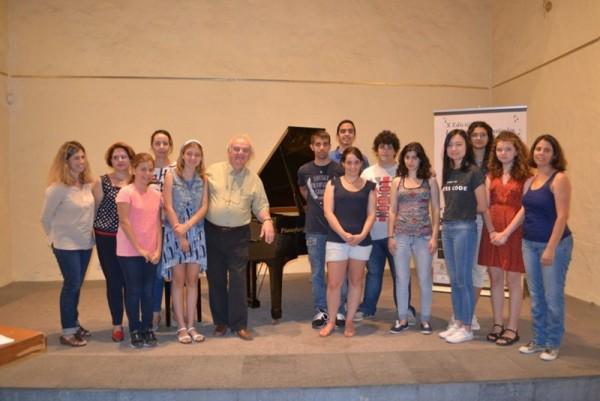 El profesor Guillermo González, con sus alumnos de Interpretación Pianística, que actúan hoy en Los Silos./ DA