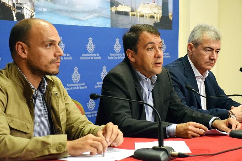 José Manuel Bermúdez, junto con Alfonso Cabello (izquierda) y Abbas Moujir, durante la rueda de prensa. / DA