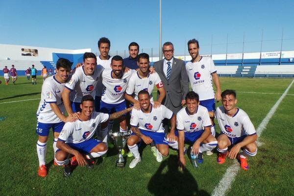 Jugadores del equipo blanquiazul con la copa de campeón del torneo palmero. / MOISÉS PÉREZ
